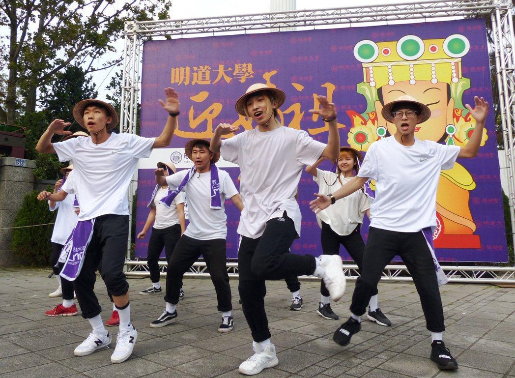 明道大學熱舞社學生,穿著農夫裝表演快閃舞迎媽祖。 記者凌筠婷/攝影