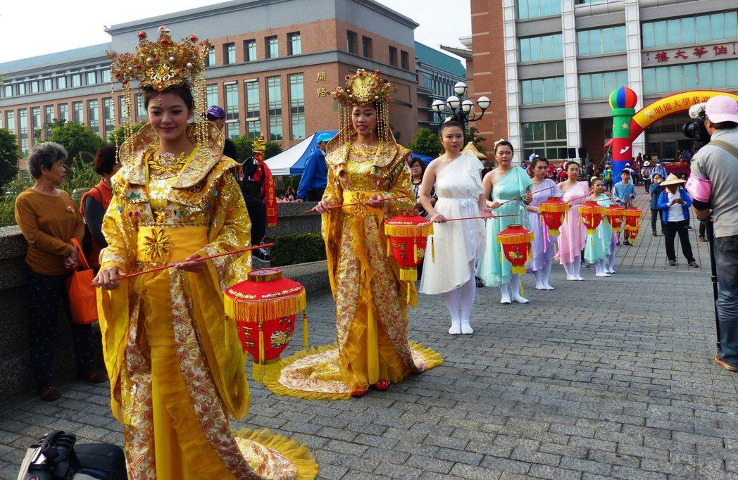 明道大學學生扮成貴妃,迎接大甲媽祖鑾轎。 記者凌筠婷/攝影