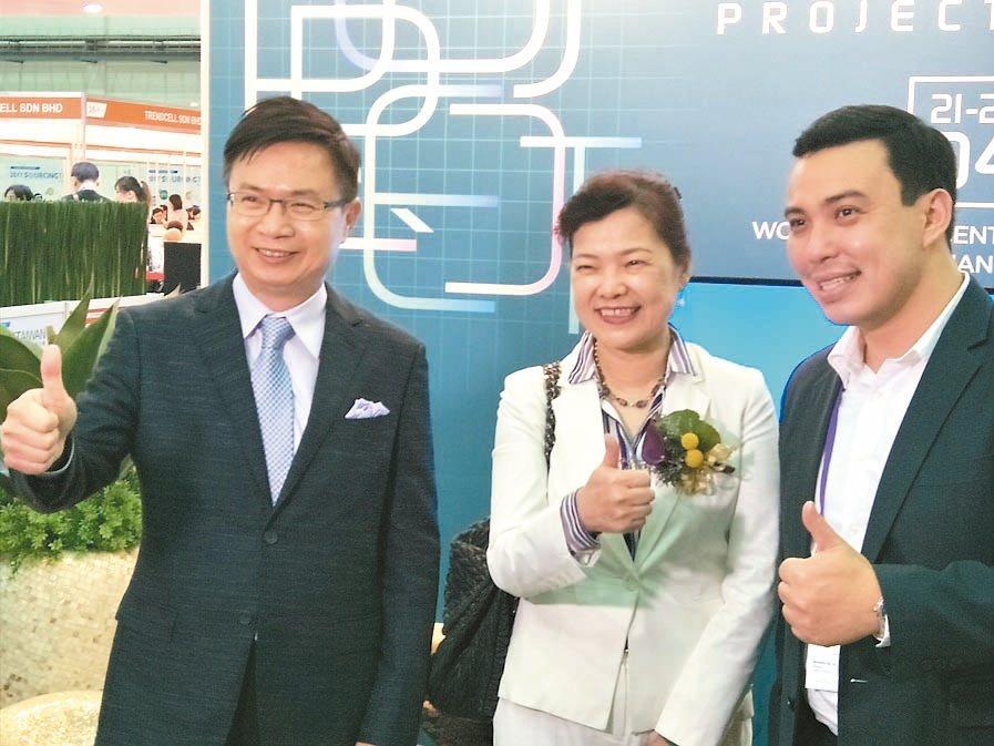 貿協董事長黃志芳(左)和經濟部次長王美花(中) 記者高行/攝影