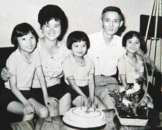 朱西甯四十歲生日,劉慕沙特別燙了個當時流行的「雞窩頭」,右起:天衣、天心、天文。...