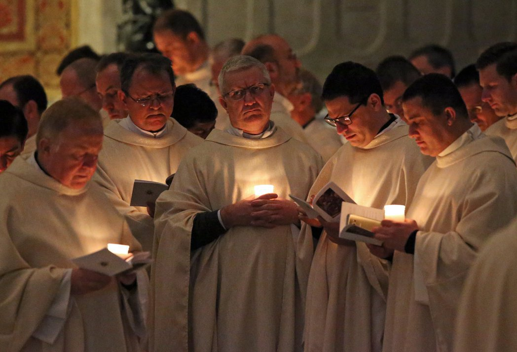 教宗根本不可能憑藉一己之力管理所有事務,身邊必定圍繞一群政務人員,人多口雜往往也...