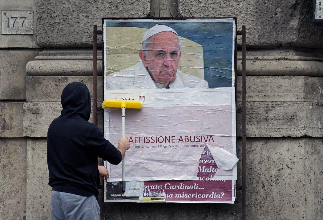 攻擊教宗的海報,已被重新蓋上「濫用張貼」的字樣。 圖/路透社