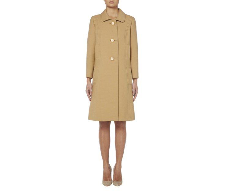 Balmain 60年代(約1965年)的駝色訂製大衣。圖/擷自williamv...