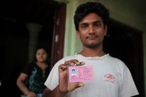 緬甸不同等級的公民領有不同顏色的身分證:粉紅色、綠色、藍色,上面還會有註明種族、...