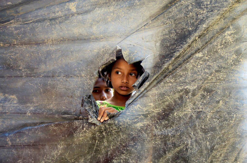 緬甸政府能否正視少數民族平等與自決的訴求,第一步也許可以從消除種族與宗教的印記開...