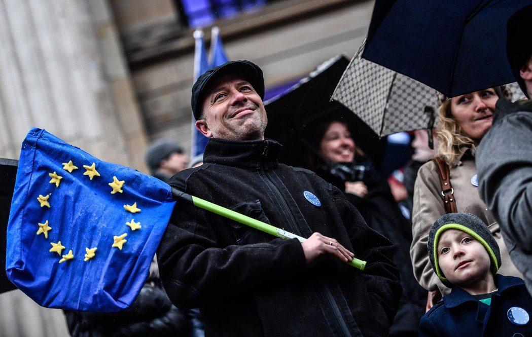 面對未知的未來,部分在歐洲的英國人選擇「歸化」,在英國的歐盟人士則趕著申請永久居...