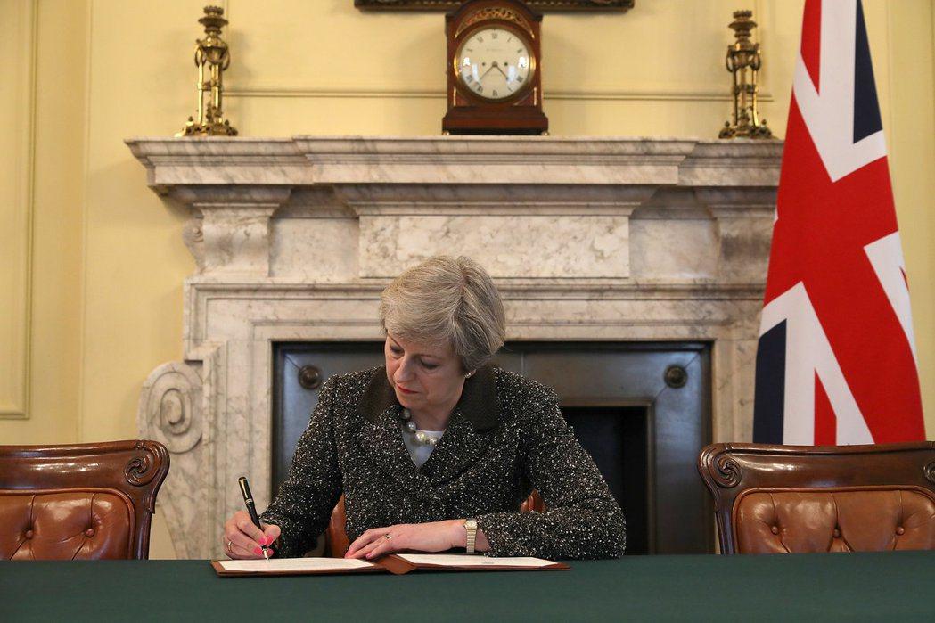 歷史性的一刻:英國首相梅伊在星期二(3月28日)晚間簽下與歐盟道別的「分手信」。...