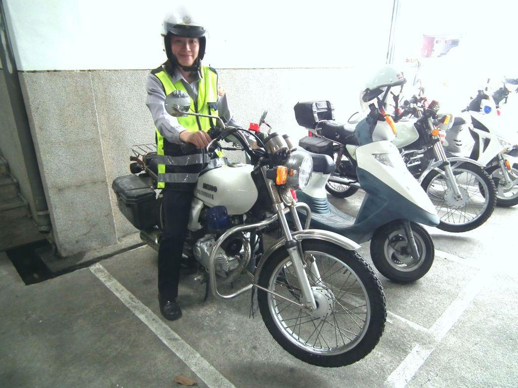 女警因受限於身材關係,騎打檔車顯得非常吃力。 記者尤聰光/攝影
