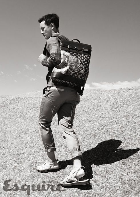 吳彥祖拎著Steamer後背包、腳踩Savanna涼鞋展現獵旅的情調。圖/取自e...