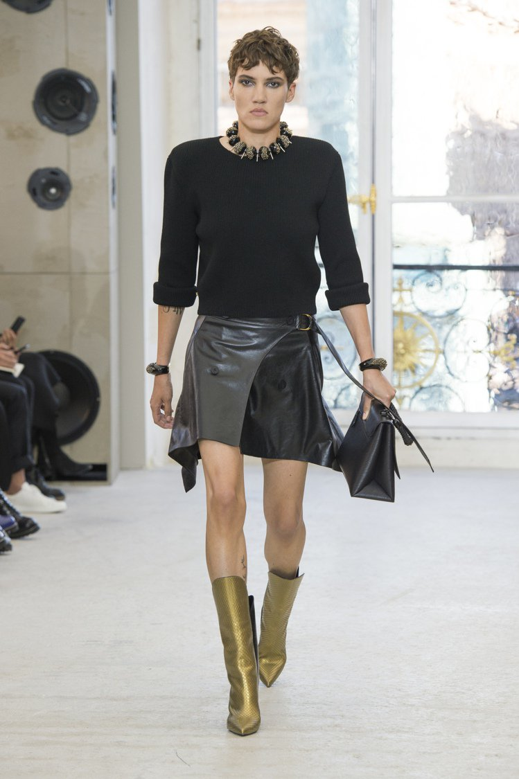 路易威登2017春夏黑色系針織衫、皮革裙裝。圖/LV提供