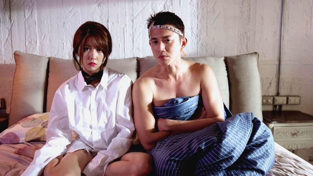 吳慷仁(右)、邵雨薇上演醉後床戲。圖/三立提供