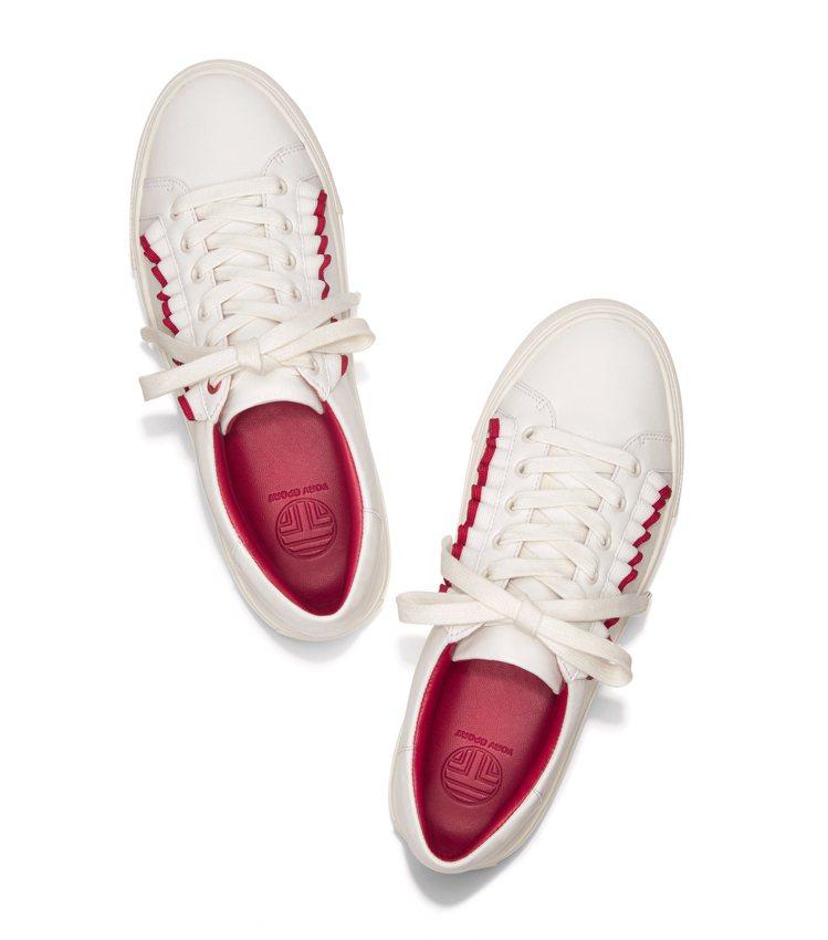 Tory Burch呼應當紅的「荷葉邊」元素,推出皺褶波浪荷葉邊裝飾的白鞋,台灣...