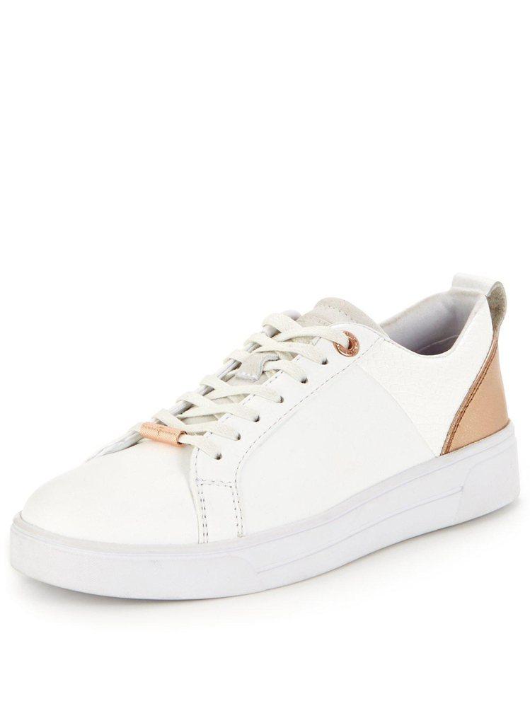 Ted Baker則是選擇非常受女性歡迎的玫瑰金元素,打造優雅柔美的白鞋。5,0...