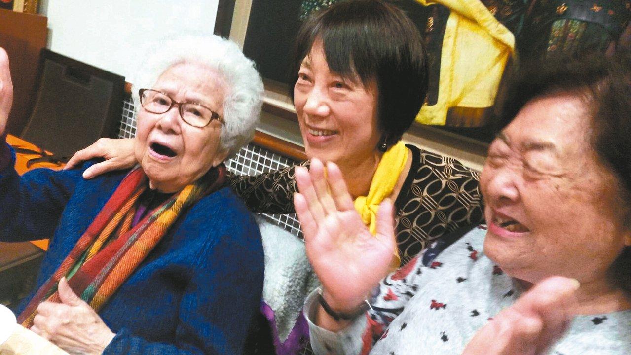 今年大年初五,崔小萍(左起)在宴席上唱歌,身邊為朱德蘭、劉引商。 圖/亮軒提供