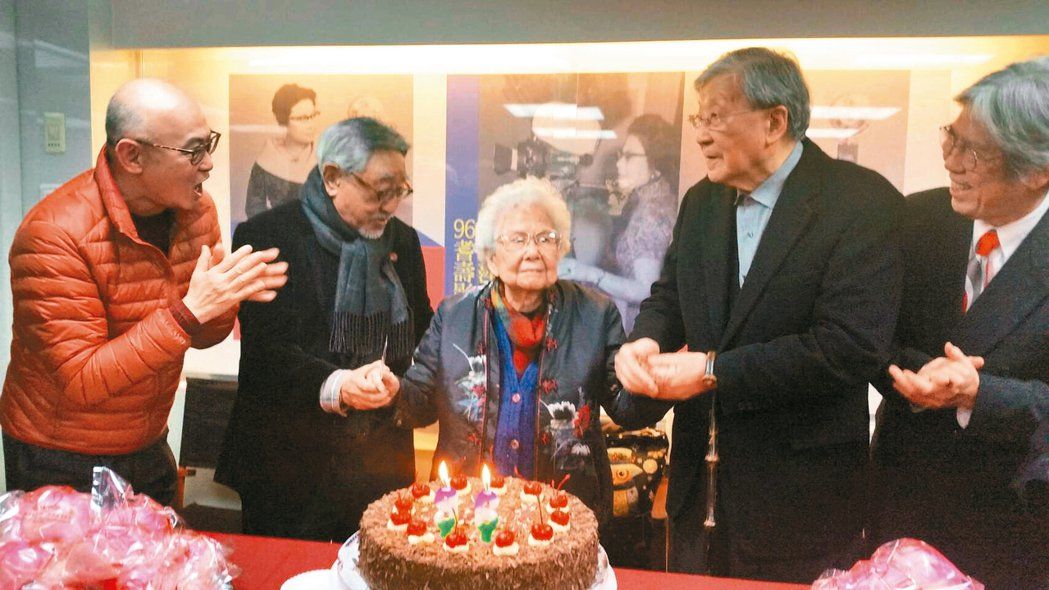 今年2月18日崔小萍在電影中心的回顧展所拍,左起李玉琥、孫越、崔小萍、李行、亮軒
