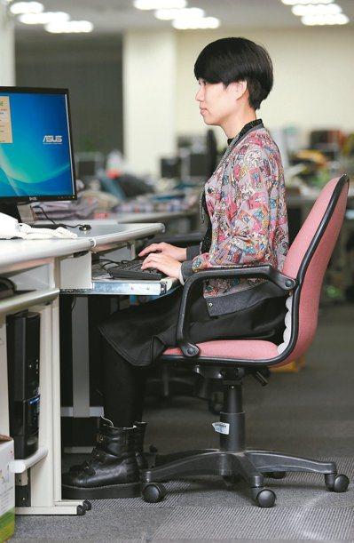 上班族久坐易傷腰,嚴重會頸椎椎間盤突出。 報系資料照