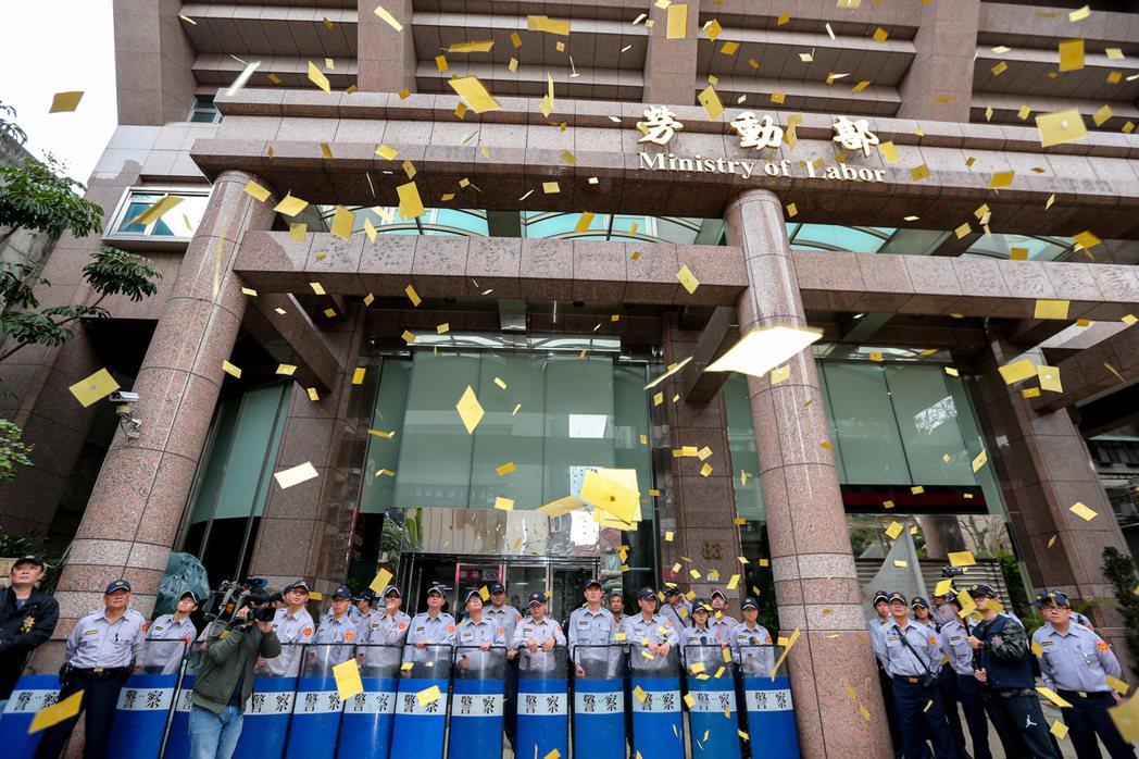 勞動部大門口,常變成抗議的場所。 圖/報系資料照