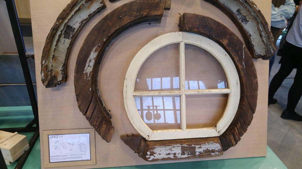 「新北投車站」內有利用破損的舊建材、老虎窗等製作成的文化教材。 記者翁浩然/攝影