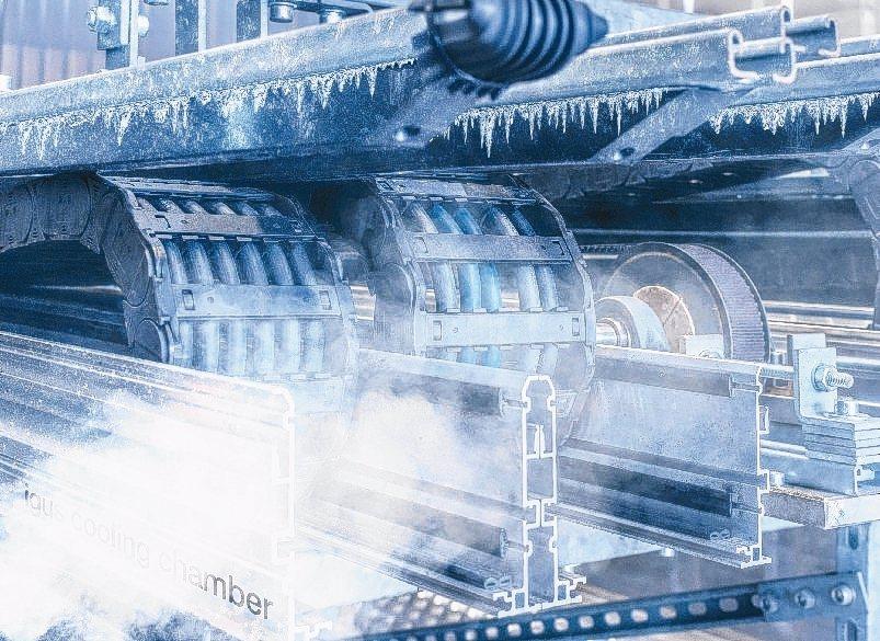 在igus易格斯全新的測試區中,以攝氏-40度的低溫在真實條件下進行耐彎曲電纜的...