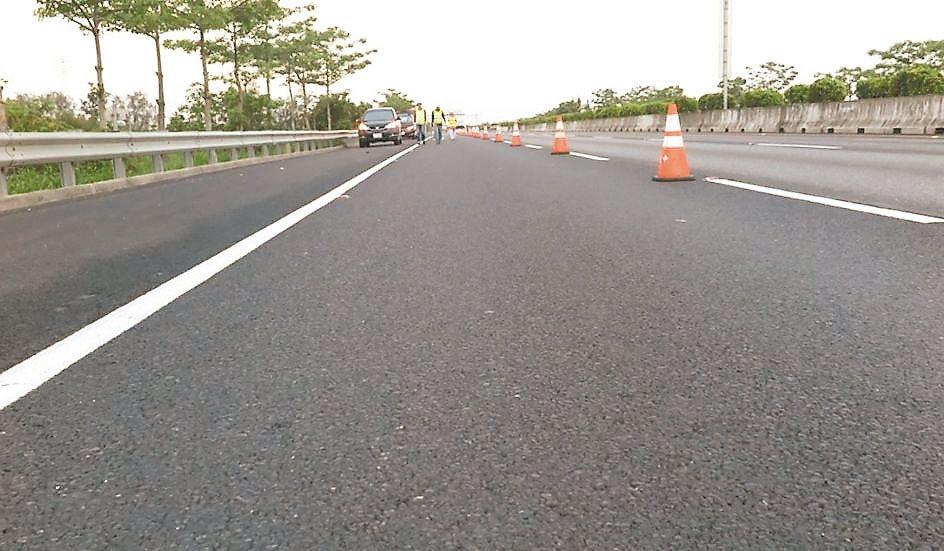高速公路岡山段鋪設的轉爐石多孔性瀝青混凝土鋪面,可達透水、安全、安靜等優良效果。...