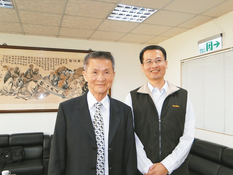 強新工業董事長吳玉堂(左)與總經理陳正堃。 黃逢森/攝影