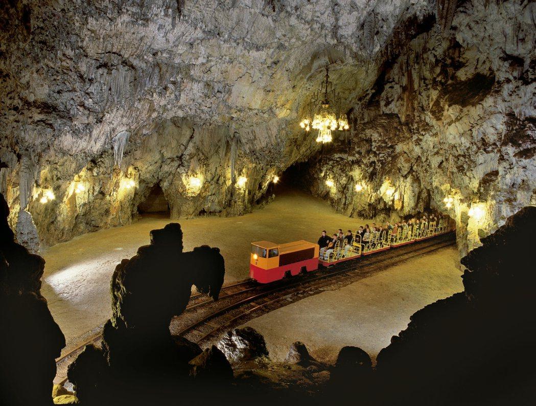 歐洲最大的鐘乳石洞穴全長27公里,需搭乘鐵道小火車入內。 斯羅維尼亞旅遊局/提供