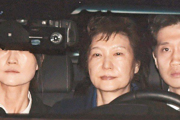 朴槿惠收押換囚衣 面臨45年徒刑