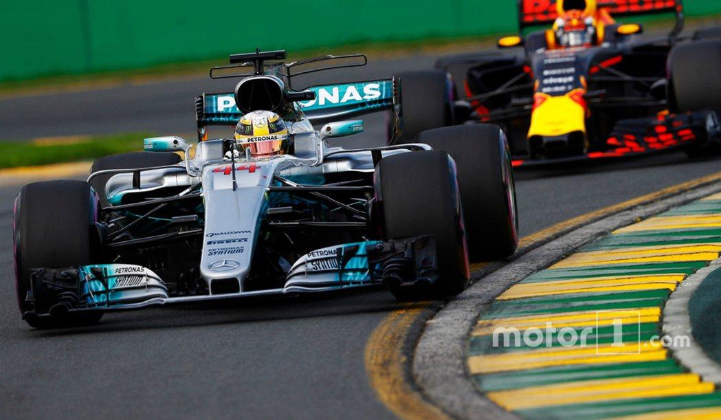 Lewis-Hamilton 與他的戰駒 Mercedes-Amg F1-W08。 摘自 Motor1