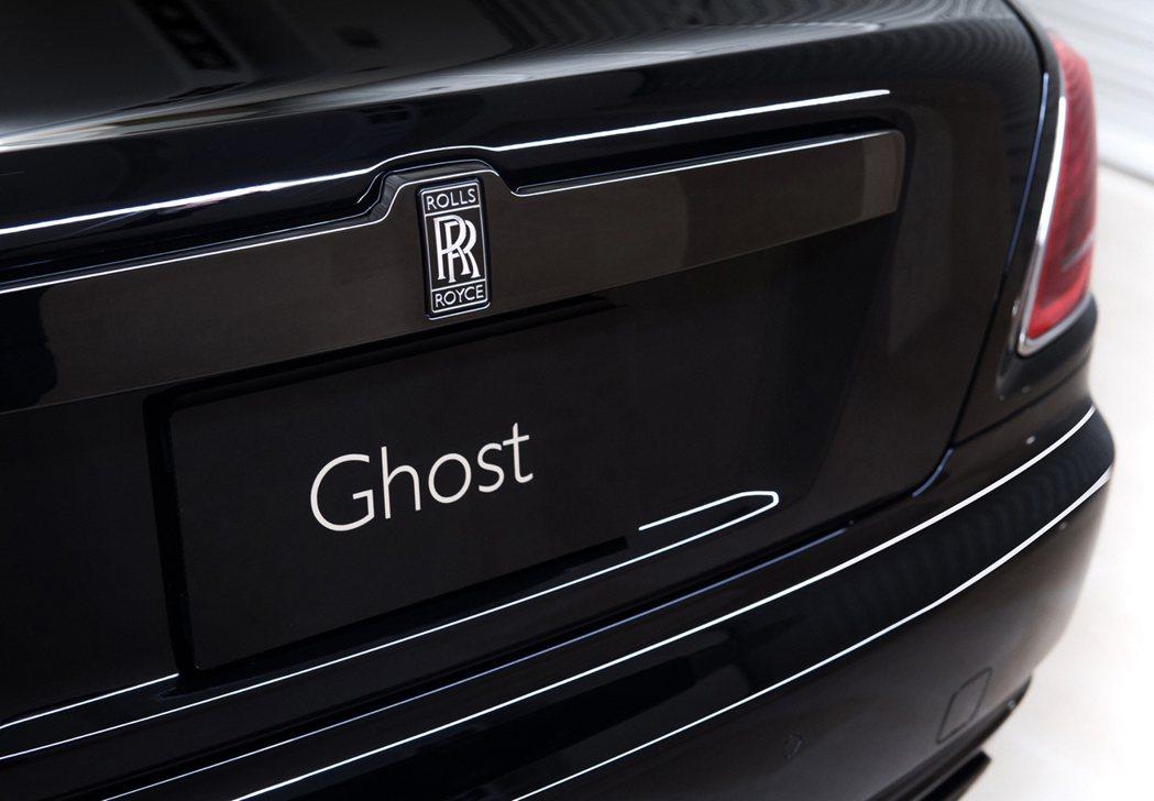 車尾改為黑底銀漆的雙R徽章。 Rolls-Royce提供