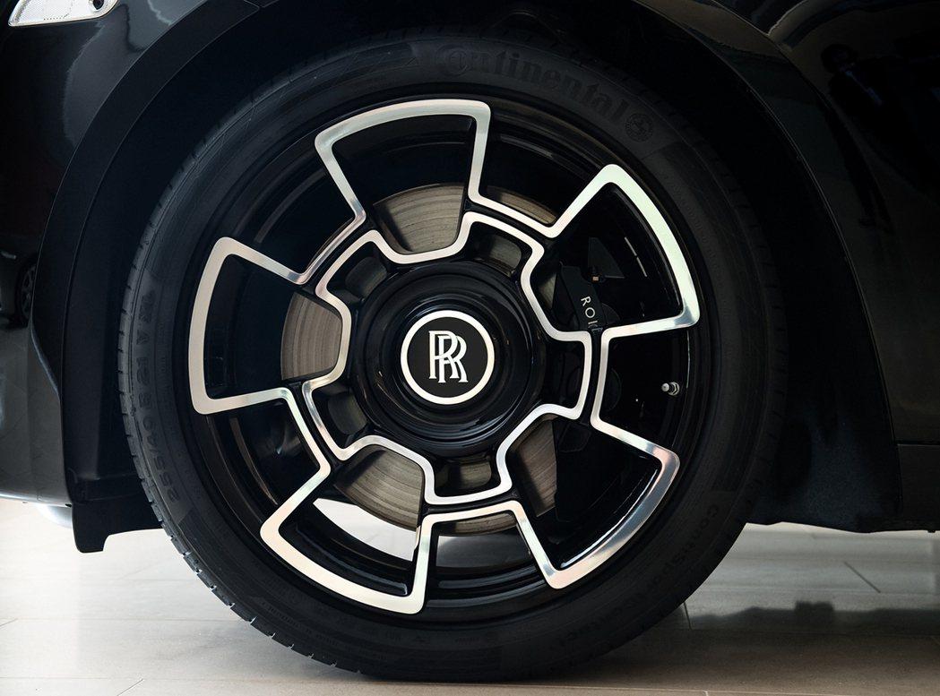 全新設計21 吋五幅式輕量化複合碳纖維合金輪框。 Rolls-Royce提供