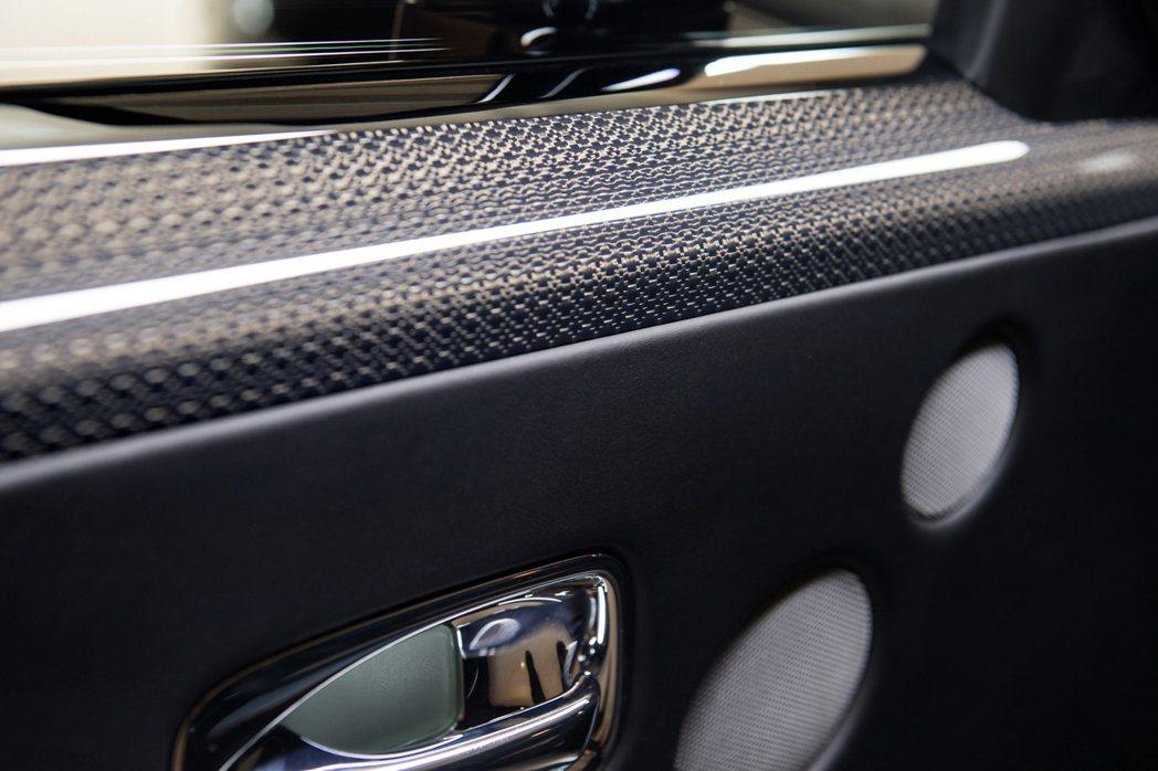 Black Badge專屬,鋁合金嵌固的航太等級複合碳纖維表面材料。 Rolls-Royce提供