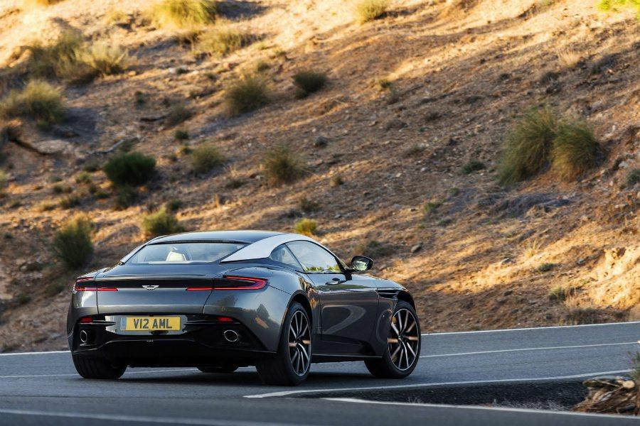 全新 Aston Martin DB11 V8 車型將具有 530 匹的最大馬力,將成為 Bentley Continental GT V8 車型最直接的競爭對手。 摘自 Aston Martin