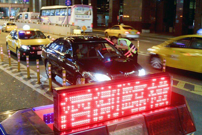 從刑事政策角度觀之,台灣對於特定社會問題,對策均是擴張並加重刑罰的使用範圍,並加強警察相關勤務。圖為警方實施酒駕攔檢。 圖/本報系資料照