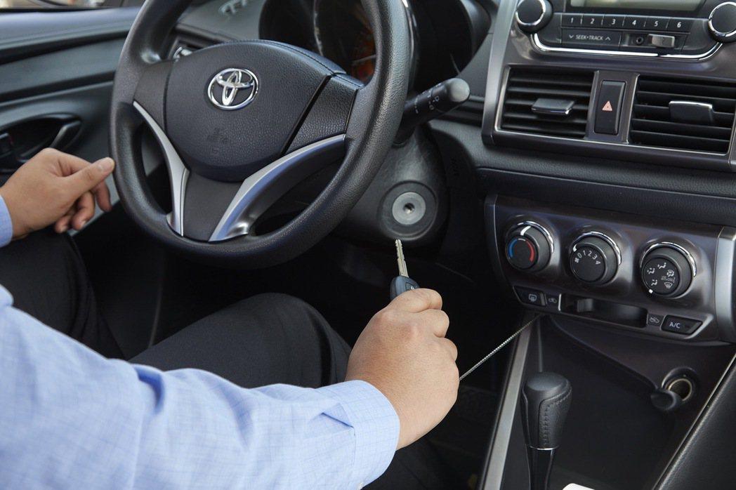 拉出方向盤下方鑰匙即可發動車輛展開行程。 圖/和運租車提供