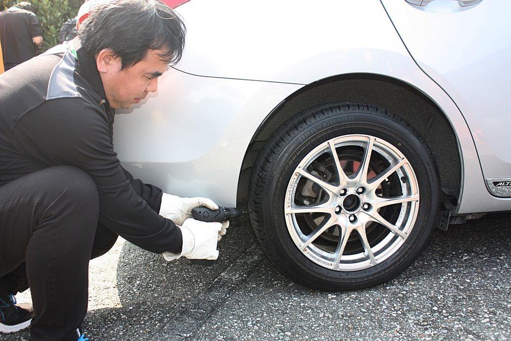 技師刺破輪胎進行試胎測試。 記者林和謙/攝影