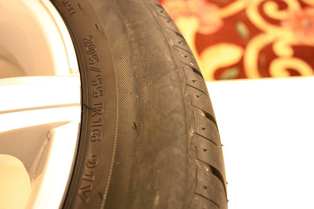 經過無胎壓行駛後,Nextry胎壁胎紋磨損嚴重。 記者林和謙/攝影