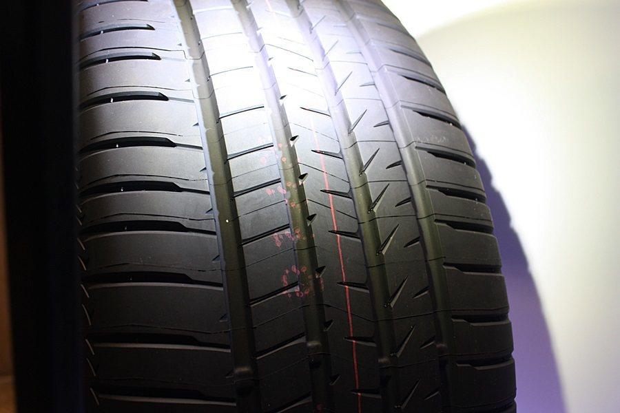 花紋端圓弧化可防止花紋塊捲入,幫助Alenza煞車時壓力分佈平均,輪胎接地面積更...