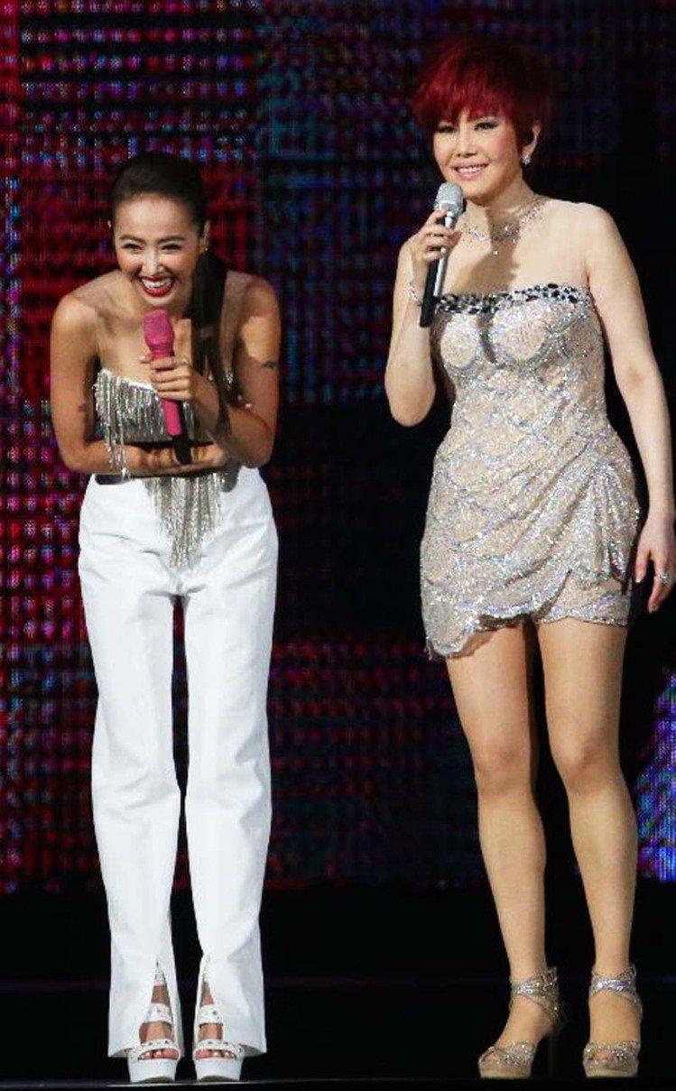江蕙(右)請來蔡依林(左)當特別來賓,兩人大開M字腿,比舞比艷。圖/記者陳正興攝...