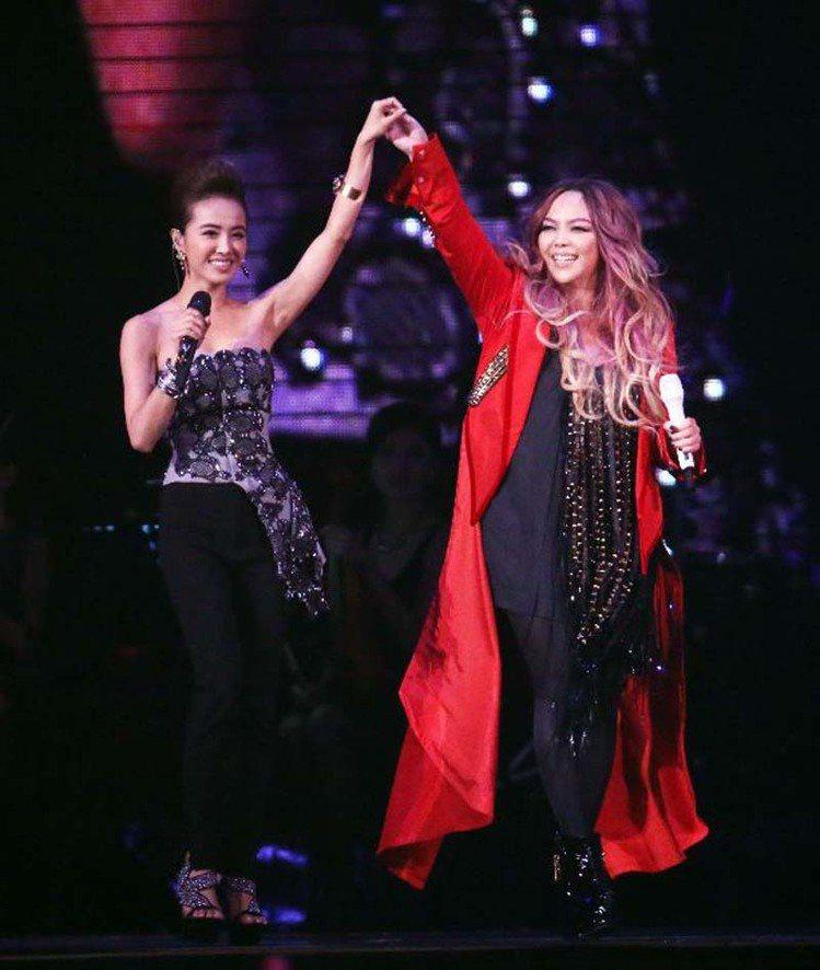 阿妹演唱會台北場邀請蔡依林(左)擔任嘉賓,兩人開心合唱。圖/記者陳瑞源攝影