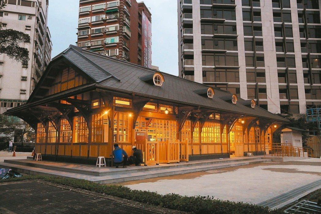 新北投車站座落於捷運新北投站旁的七星公園,4/1起對外開放。 圖/北市府文化局提...