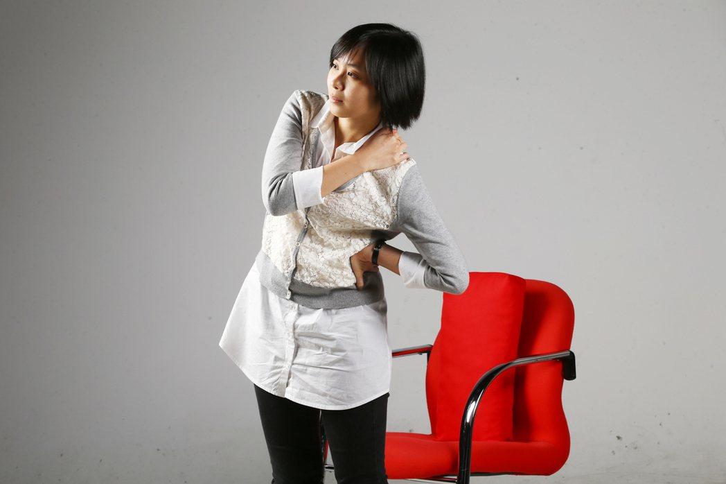 久坐、姿勢不良,上班族容易腰痠背痛。 記者曾學仁/攝影