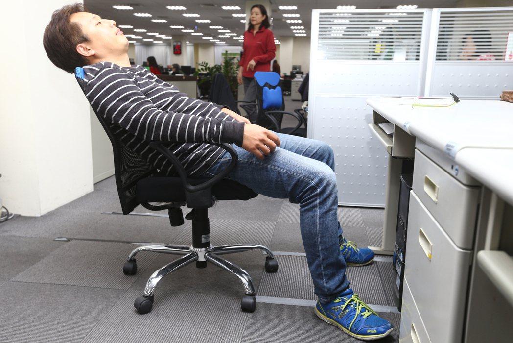 坐姿不正確,癱坐在椅子上,小心腰痠背痛,甚至椎間盤突出。 記者曾學仁/攝影