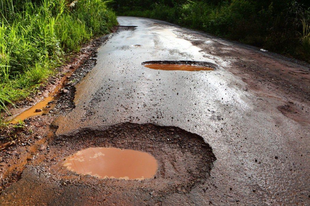 在滂沱大雨後的路面,常因高地落差而產生積水。駕駛者在行車時盡量避免行經積水處,以...