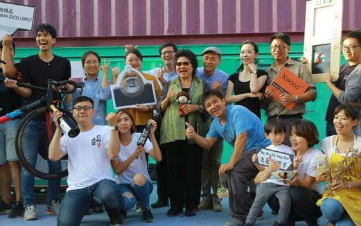 陳菊市長與「集盒.KUBIC」廠商共同「集盒」拍照。 DIZO/提供