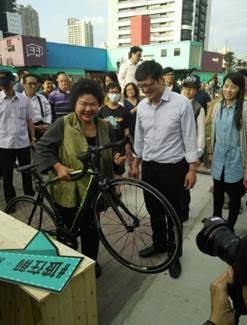 市長花媽輕鬆單手拿起碳纖維公路車。 DIZO/提供