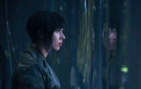 電影「攻殼機動隊」即將上映,對於許多動畫迷來說,初始對於史嘉蕾喬韓森的選角設定,一定有許多疑慮,雖然該片由好萊塢出資拍攝,但我們心目中的「少校」草薙素子可是不折不扣的日本人,為何片中會改由好萊塢女星...
