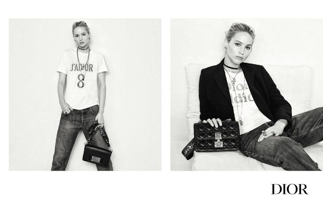 珍妮佛勞倫斯以Bar Jacket、闡述自我的標語T-shirt、牛仔褲呈現包款...