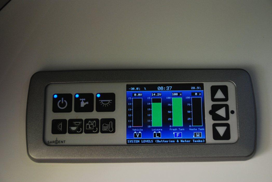 小螢幕可以顯示車輛水電狀況。記者林昱丞/攝影