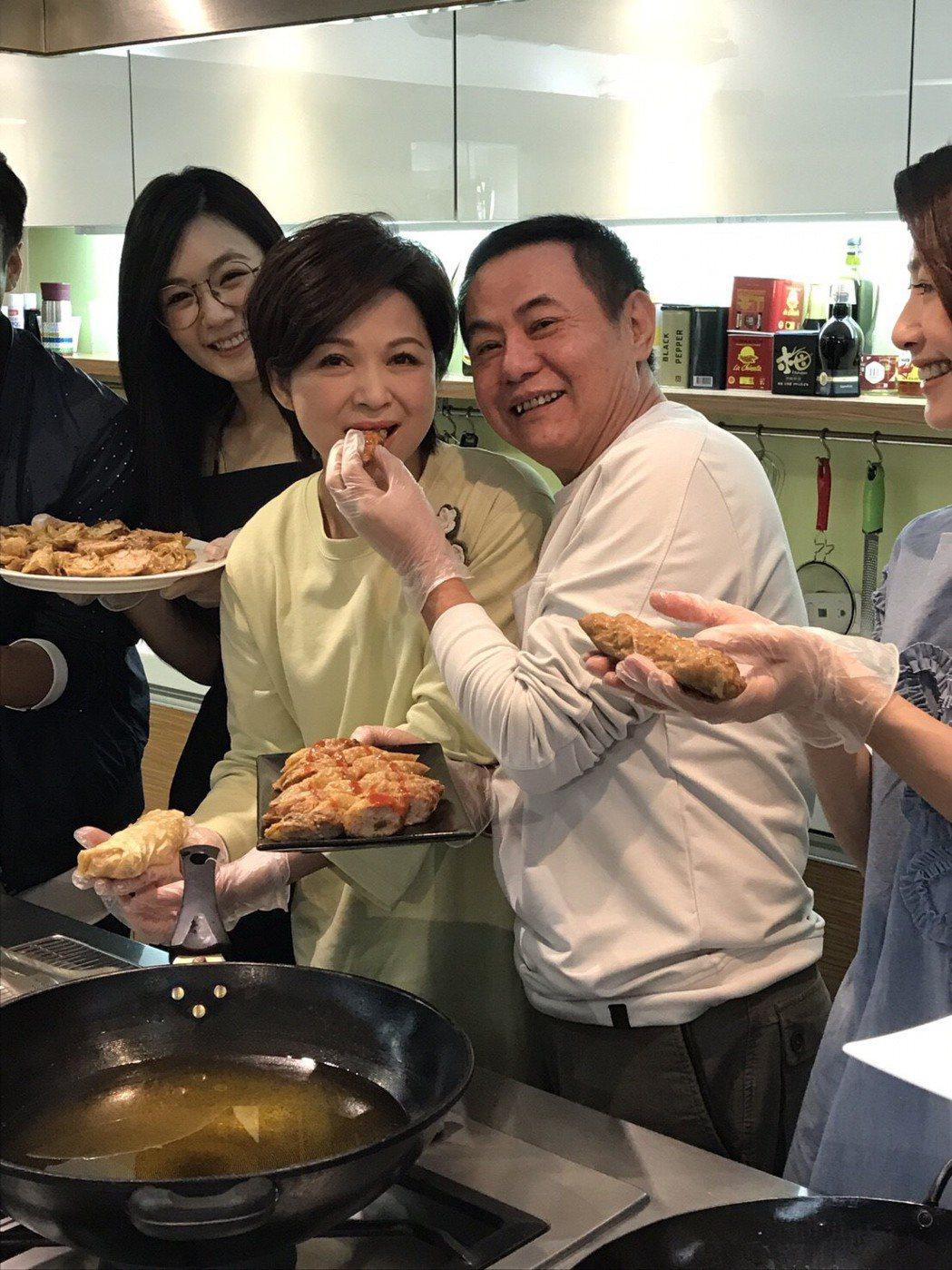 楊貴媚(左)、蔡振南為「媽媽不見了」慶功下廚。圖/民視提供