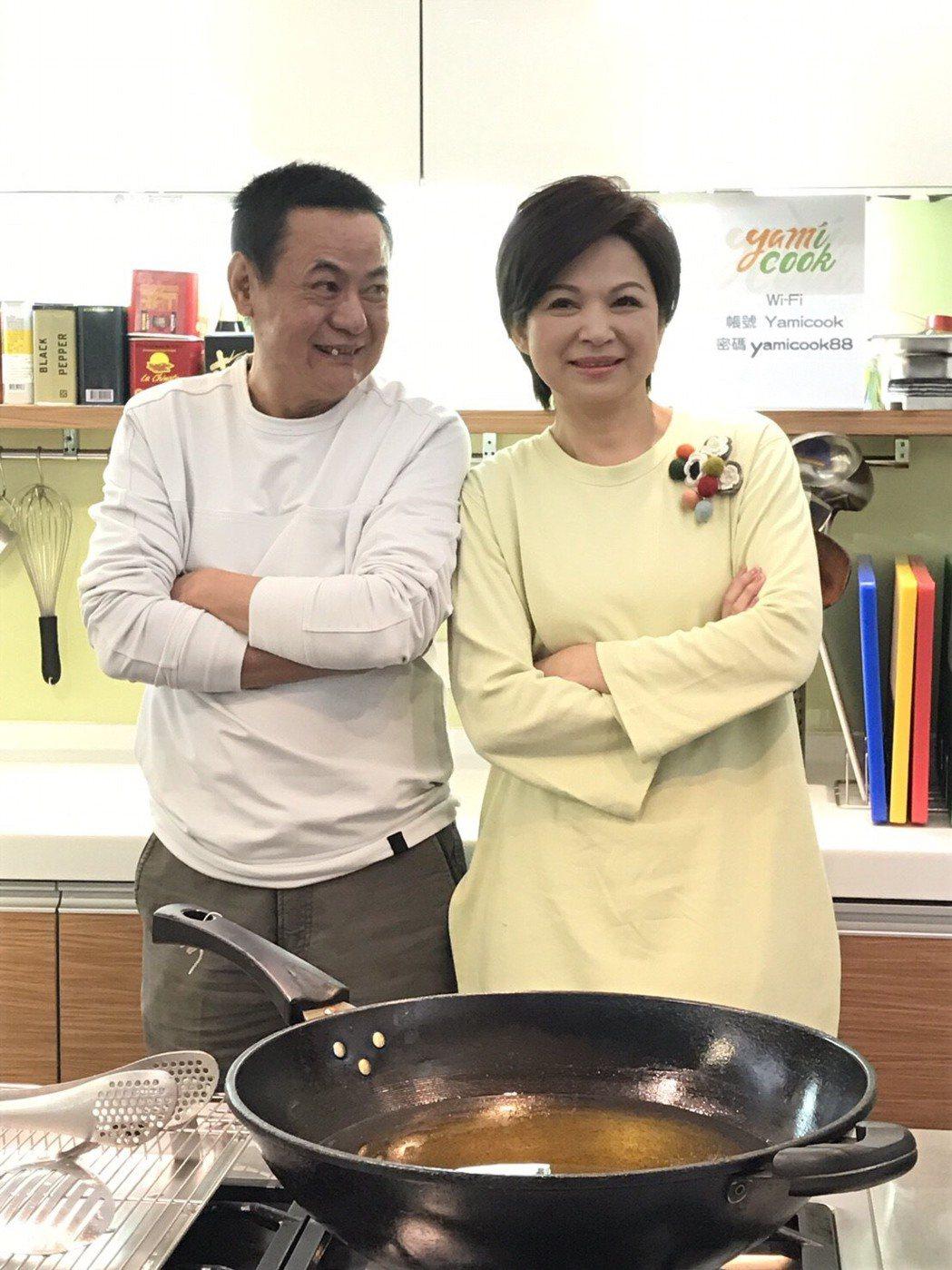 楊貴媚(右)、蔡振南為「媽媽不見了」慶功下廚。圖/民視提供